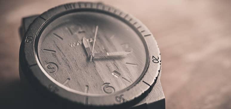 uno de los relojes de madera