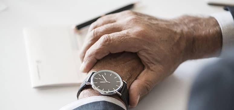 mirando un reloj sekonda