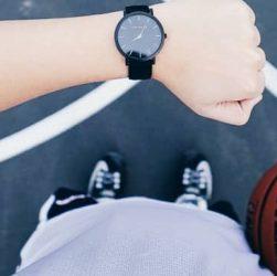 joven con reloj juvenil